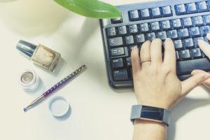 Kädet näppäimistöllä päivittämässä verkkosivuja
