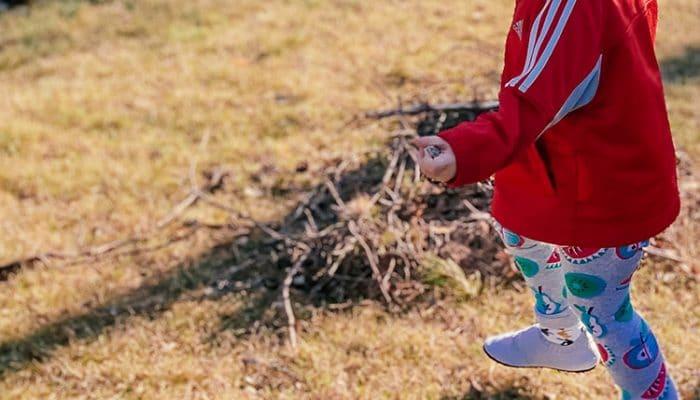 Taapero paljasjalkakengat jalassa