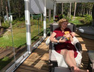 Joanna ja vauva lasiterassilla